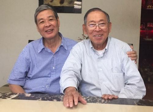 Tác giả (trái) và nhạc sĩ Tuấn Khanh tại nhà riêng của ông ở Mỹ. (Ảnh do tác giả cung cấp)