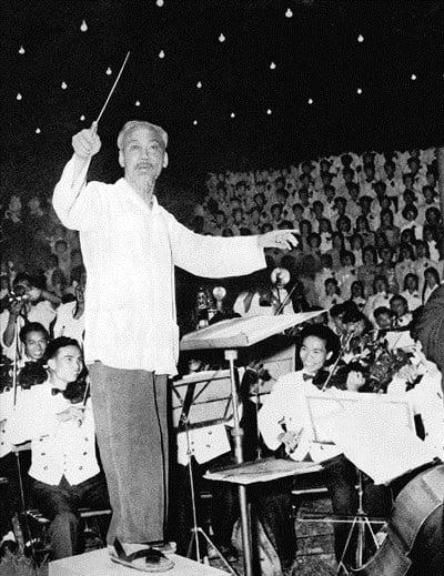 """Chủ tịch Hồ Chí Minh bắt nhịp bài hát """"Kết đoàn"""" tại dạ hội của thanh niên Thủ đô chào mừng thành công Đại hội lần thứ III Đảng Lao động Việt Nam và Quốc khánh nước Việt Nam dân chủ cộng hòa (tháng 9-1960). Ảnh tư liệu"""