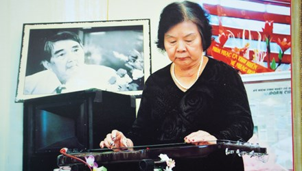 Bà Bạch Liên chơi đàn guitar Hawaii tưởng nhớ nhạc sĩ Đoàn Chuẩn.