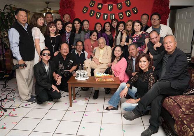 Nhạc sĩ Lam Phương (giữa) cùng người thân bạn bè trong một lần sinh nhật tại Mỹ.
