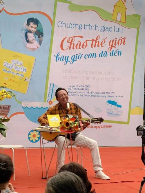 """NSƯT Thế Hiển với chương trình giao lưu """"Chào thế giới bây giờ con đã đến"""" của nhà thơ Lê Minh Quốc."""